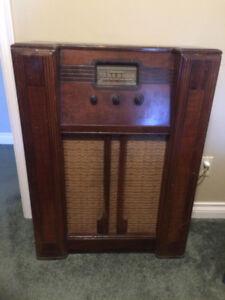 Antique Upright Radio (Works)