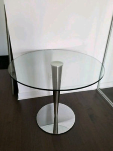 Beautiful tempered glass round dining table