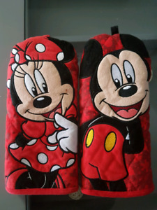 Minnie/mickey mouse oven mitts