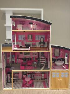 Maison de poupée avec meubles - Doll house fully furnished