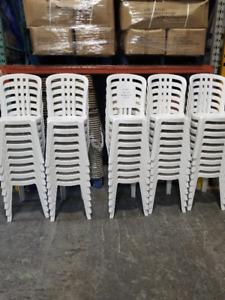 chaise bistro blanche pvc lot de 100 à 10$ chacune restaurant