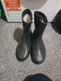 Mens black boots size 10never been worn