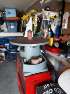 Bench oscillating spindle sander