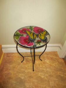 Jolie table d'appoint avec papillon.