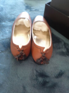 Amazing size 37 1/2 like new flats. Expensive. Ron white store.