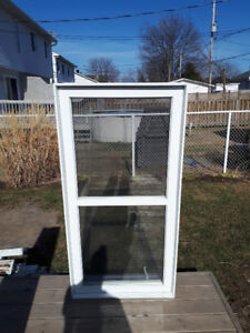 2 Fenêtre  à battant en pvc 30 5/8 par 61 1/2 avec moustiquaire