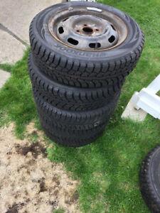 Lot de 5 pneus d'hiver 175/65 R14 montés sur rim **PRESQUE NEUF!