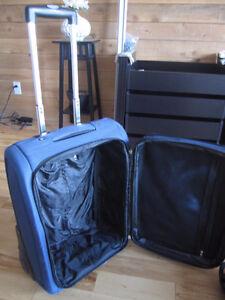 Valise bagage luggage Cofna Collection de 22Po/56cm en bon état!