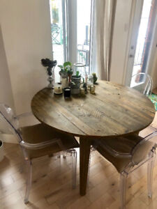 Round table and 4 chairs / Table et 4 chaises (Corbeil Maison)
