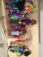 Lot de figurines petites poupées