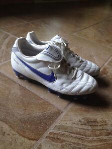 Souliers de soccer de marque NIKE