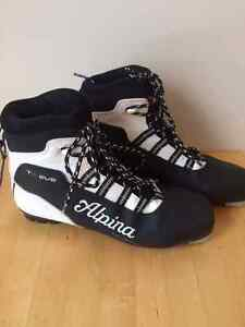 Alpina T5 Eve women's size 42 classic cross country ski boots.