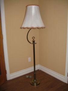 LAMPE SUR PIED EN LAITON AVEC ABAT-JOUR
