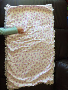 STUFFED COTTON BLANKET WITH EYELET LACE TRIM