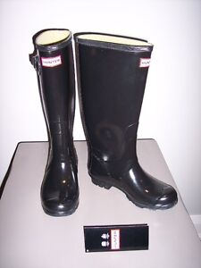 NEW - Hunter Huntress boots in gloss black shimmer- size 6