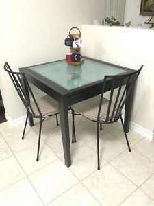 Square kitchen table, 2 chairs Cambridge Kitchener Area image 1