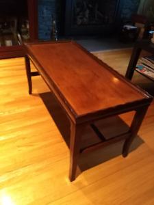 Petite table de salon de style vintage.