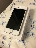 iPhone 5S Gold 32 GB Bell Apple with headphones and charger
