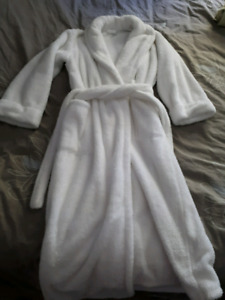 Like NEW white fuzzy house coat bath robe