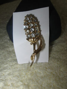 BEAUTIFUL VINTAGE GOLDTONE GEMMED BROOCH from the '60's