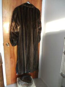 Manteau de vison brun et chapeau assorti