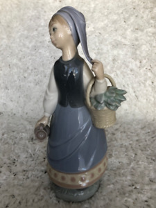 Lladro girl with a scarf #5024
