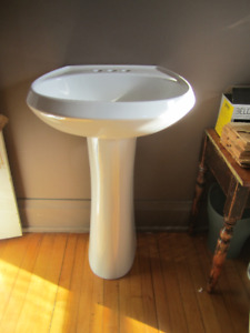 Clean pedestal Sink (used)