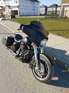 HARLEY DAVIDSON STREET GLIDE - WITH OPTIONS - LOW KM'S