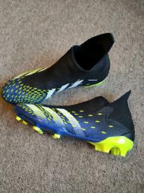 Men's Adidas Predator laceless football boots Size 9.