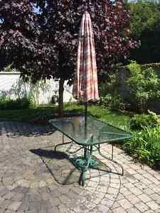 Table patio + parasol (J'attends vos offres) Doit partir vite.