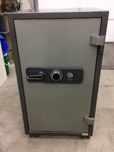 UNMARKED SAFE IN GREAT CONDITION WITHOUT COMBINATION