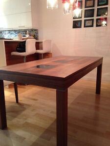 Table pour 8 personnes en bois payer 1500$ (pas de chaise)