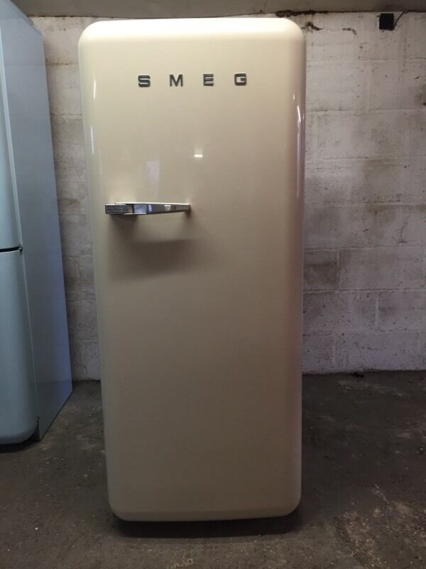 SMEG Fab28 CREAM Right Hand Hinge   in Harlow, Essex   Gum