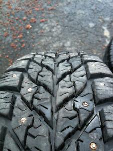 4 pneus d'hiver clouté Goodyear 215/65/r17