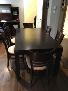 Table en bois massif brun avec 6 chaises