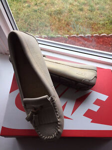 BNWOT - Ladies UGG shoes - Size 10