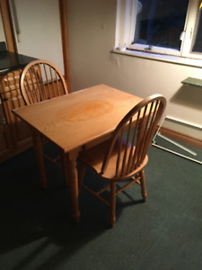 Beautiful Oak Dining Room Table with 2 chairs
