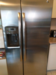 GE profile series refrigerator -Like New!