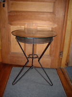 Vintage mid century tripod harpin leg rond glass End table