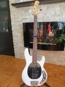 Basse Sterling Ray34 Music Man + Hard case