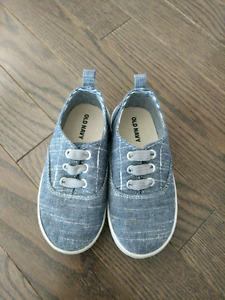 Toddler boys size 8 shoes- Old Navy- like new!