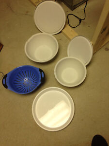 2 Bowls with lids, 1 Strainer and a serving tray