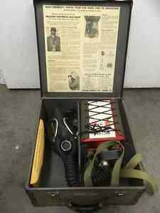 Gas Mask Willson double ww2 or 1950s kit in case Saint-Hyacinthe Québec image 2