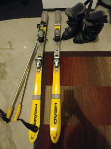 Ski, bâtons et bottes de ski