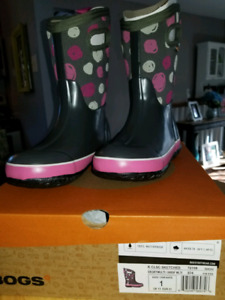 Brand new winter Bogs. Youth size 1