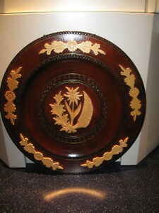 A BEAUTIFUL 15-INCH ROUND SCOTTISH WOODEN WALL-HANGING PLATE