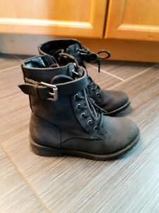 Girl' s 12T spring boots EUC