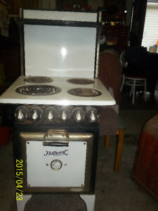 Antique stove   good condition,  works,  not many around