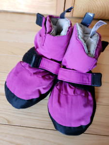 Like new. MEC (mountain equipment co-op) toaster booties, size S
