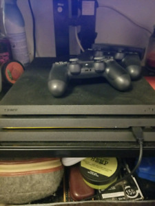 PS4 PRO 1TB 2 controllers